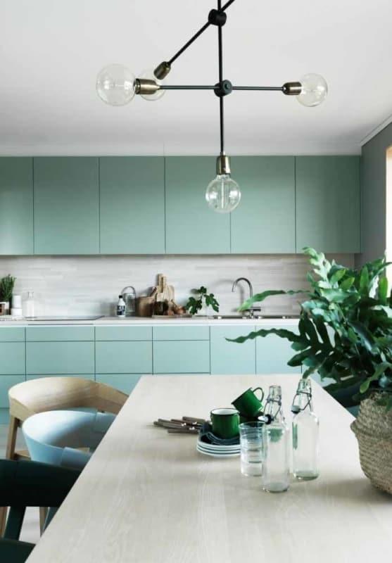 cozinha verde com luminária de quatro lâmpadas 16