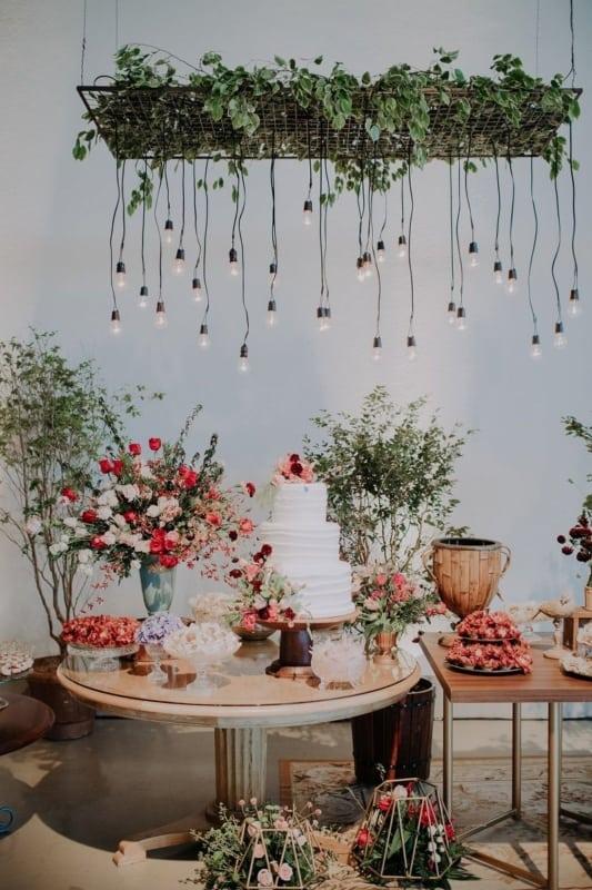 decoração de festa com flores do campo