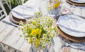 flores do campo na mesa de almoço