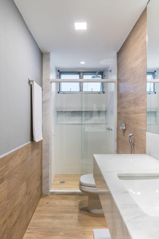 ideias de banheiro amadeirado cinza