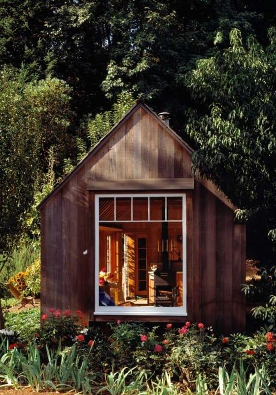 mini casa de madeira na floresta