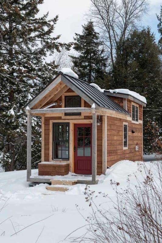 mini casa de madeira na neve