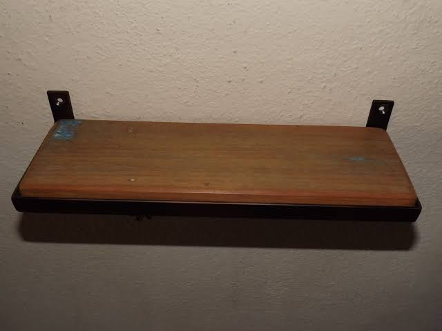 pequena prateleira de madeira de demolição