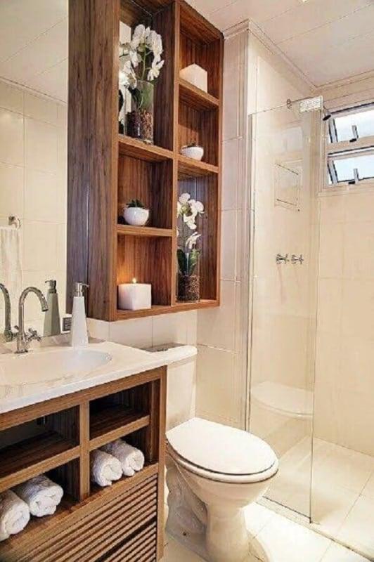 pequeno banheiro amadeirado com nicho
