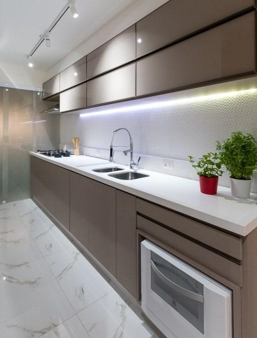 Cozinha com porcelanato marmorizado