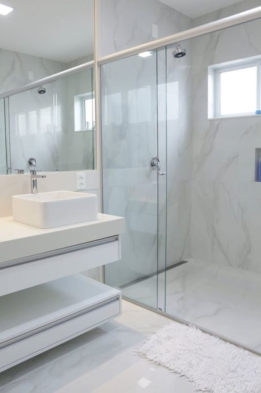porcelanato na parede do banheiro