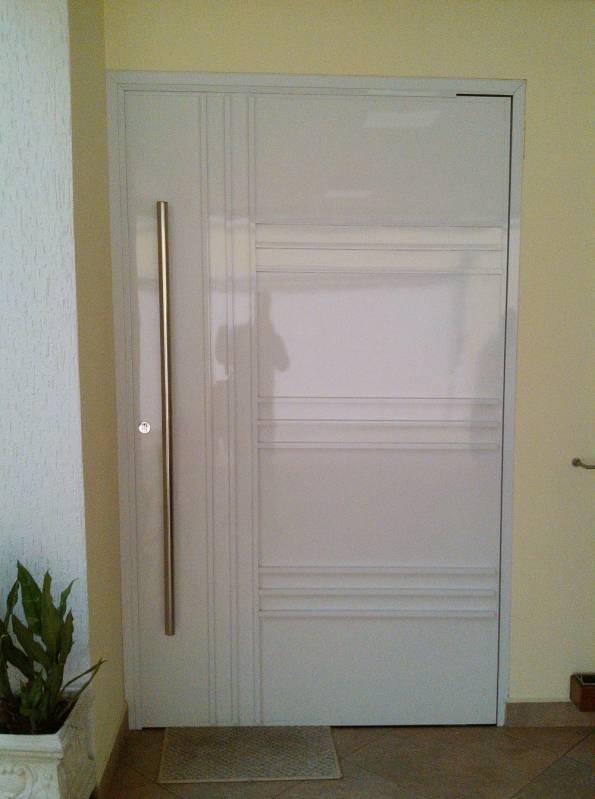 porta de alumínio na entrada da sala