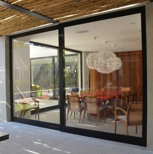 porta grande e preta de vidro