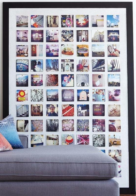 Ambiente decorado com quadro de fotos no chão