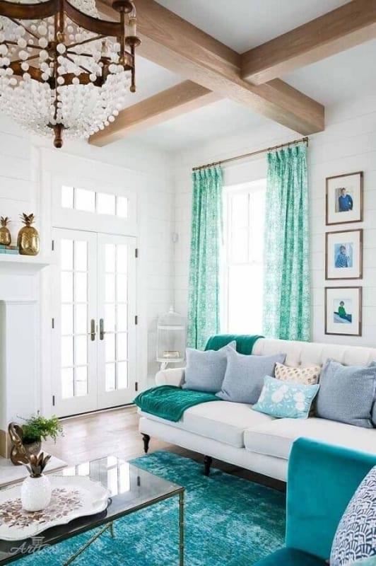 sala branca com tapetes e almofadas verde água 13