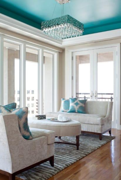 sala clean com elementos verde água 09