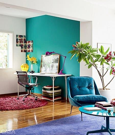 sala com parede verde e poltrona azul 03