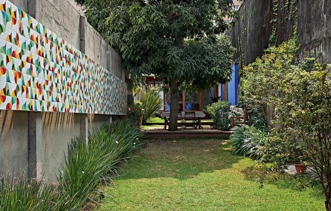 Área externa com cerâmica para parede colorida