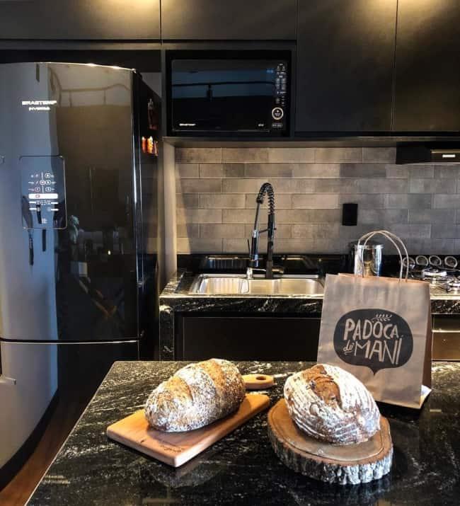 área gourmet com geladeira preta
