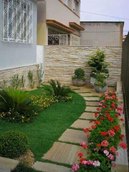 casa com jardim simples e florido