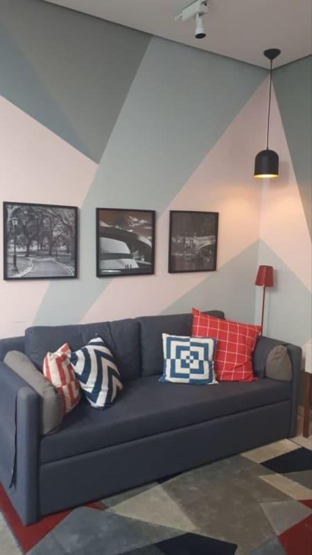 sala com pintura geométrica na parede