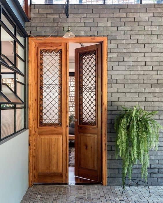 porta de madeira com vidro e grade