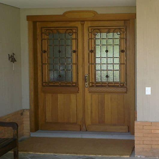 porta de madeira com grade