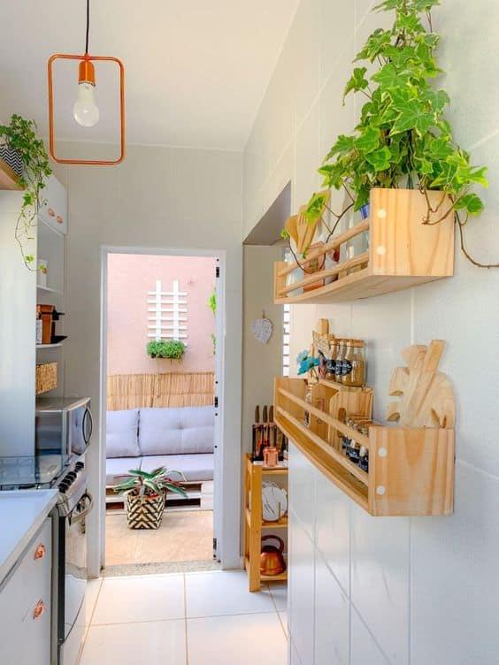 cozinha com prateleiras e decoração vertical