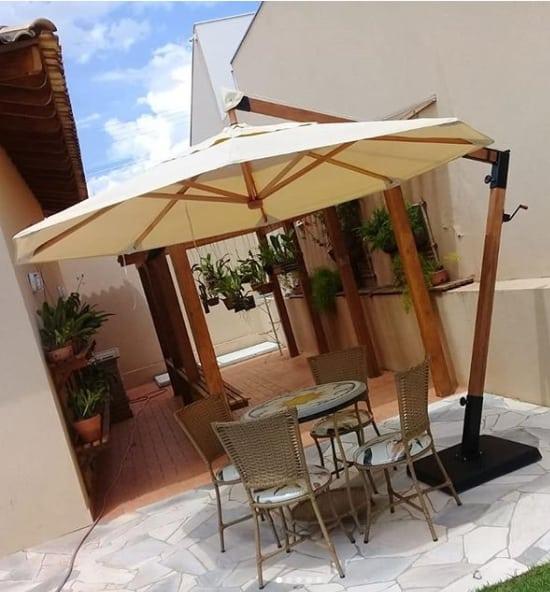 quintal com ombrelone de madeira
