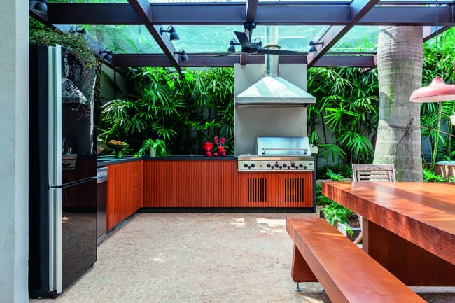 varanda gourmet com piso de pedra portuguesa