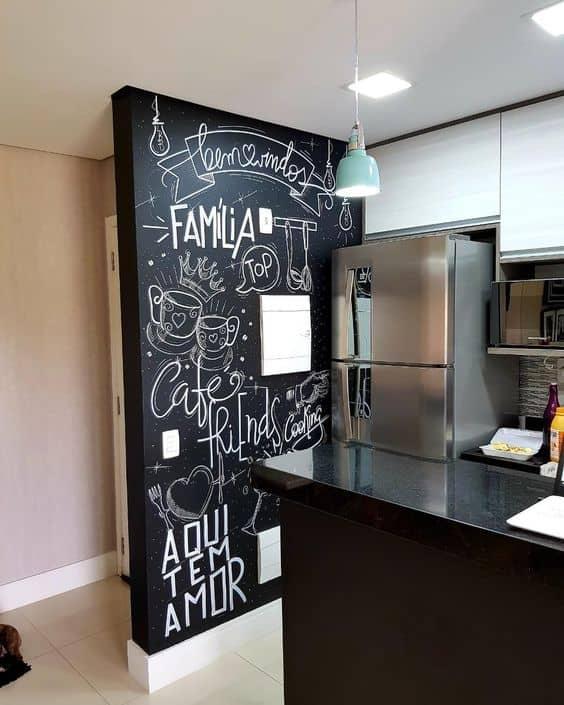 cozinha com parede decorada