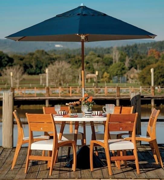 mesa para área externa com guarda sol de madeira