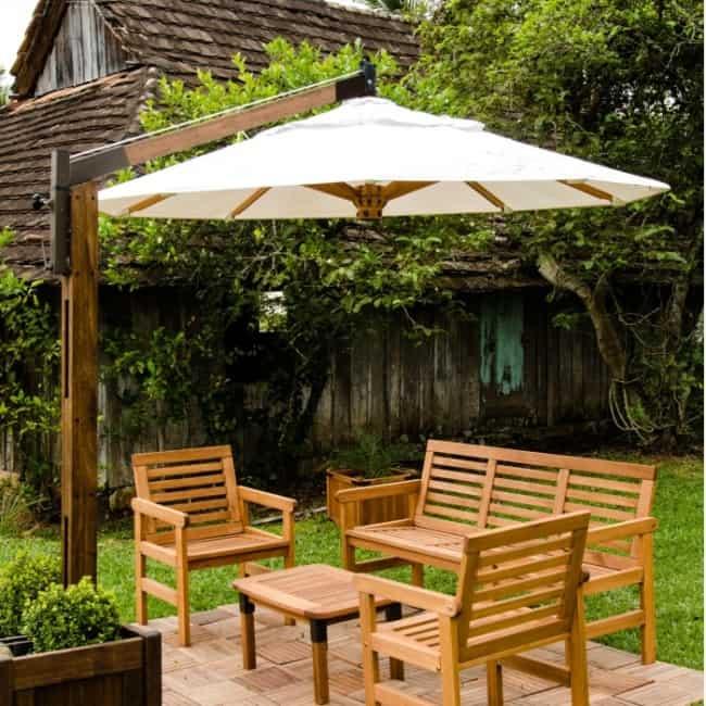 jardim rústico com móveis de madeira