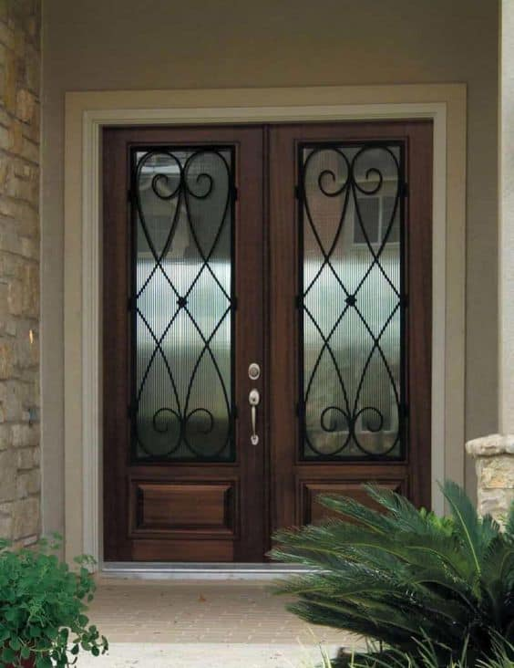 porta de madeira com grade de ferro fundido