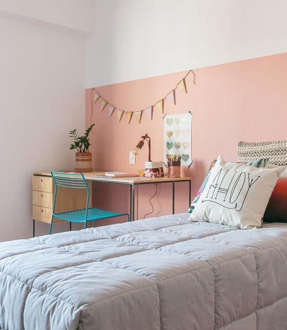feminino com parede rosa