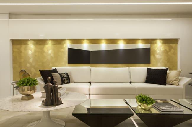 sala com parede dourada