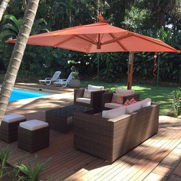 deck de madeira com ombrelone quadrado