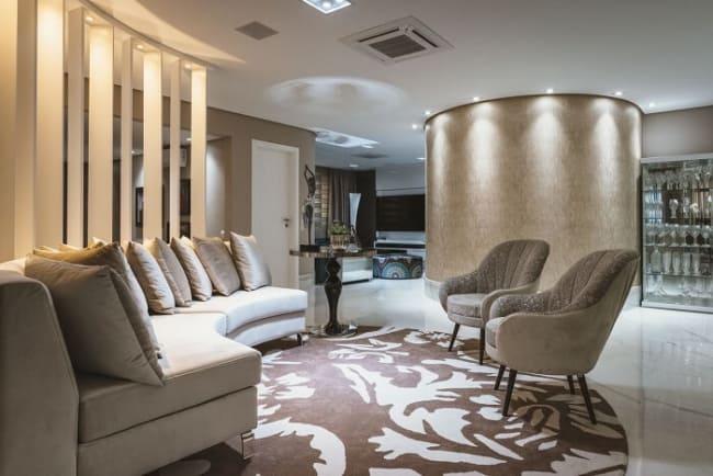 sala com sofá curvo