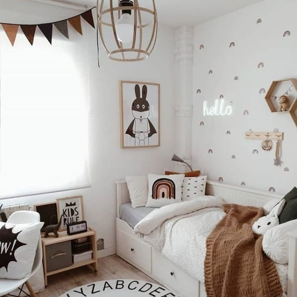 quarto infantil decorado com cores neutras