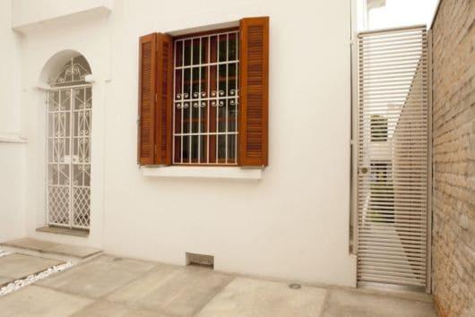 janela de madeira com grade