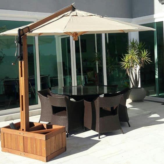 mesa externa com cadeiras e ombrelone lateral