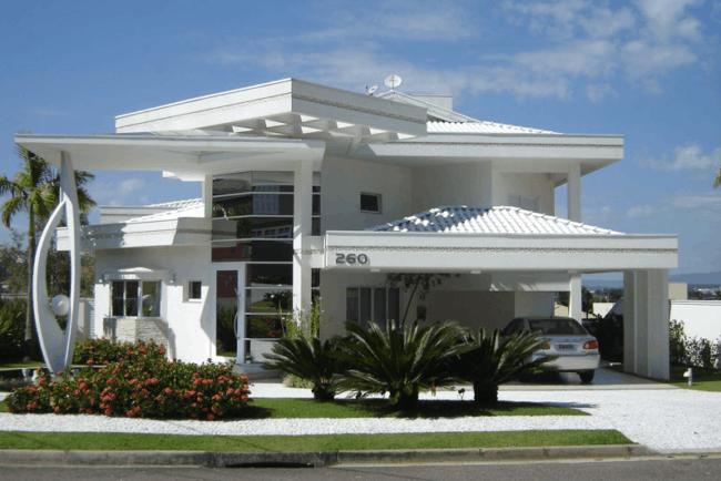 casa luxuosa com jardim gramado