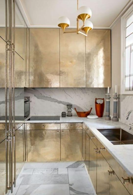 cozinha de luxo com armários dourados