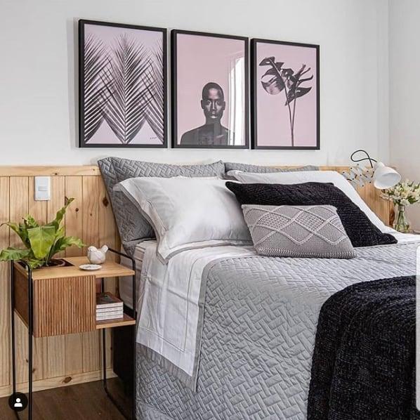 quarto de casal decorado com quadros