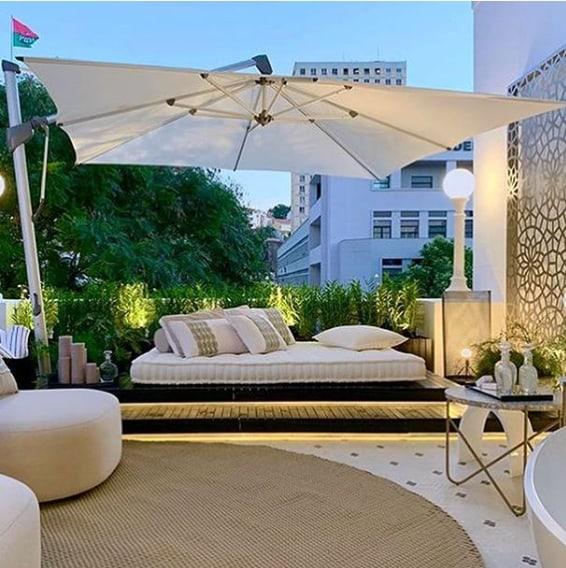 varanda decorada com ombrelone quadrado