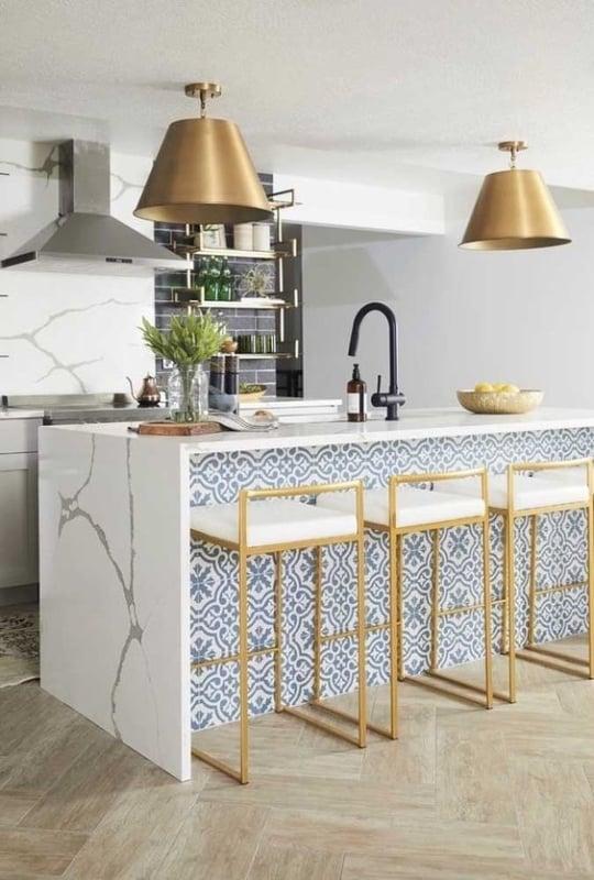 cozinha com banquetas douradas