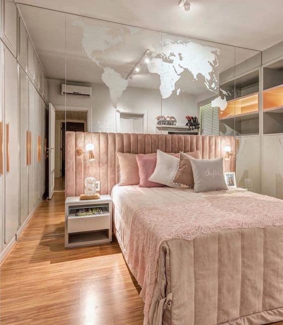 quarto de menina com parede espelhada