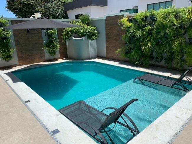 piscina com área de sombra