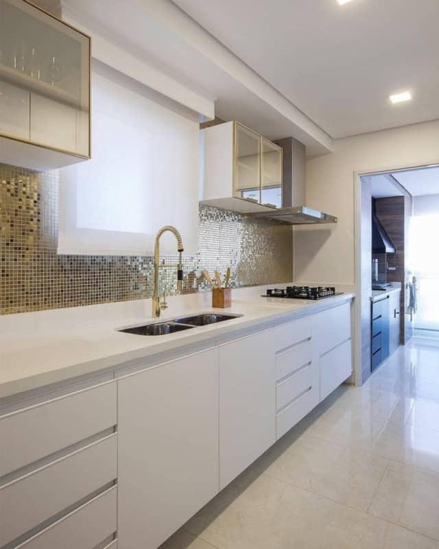 cozinha branca e dourada