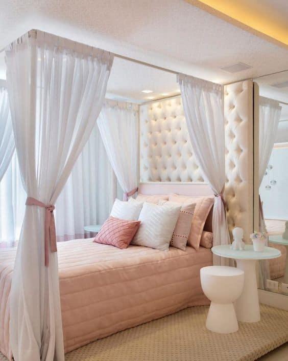 quarto com cama com dossel