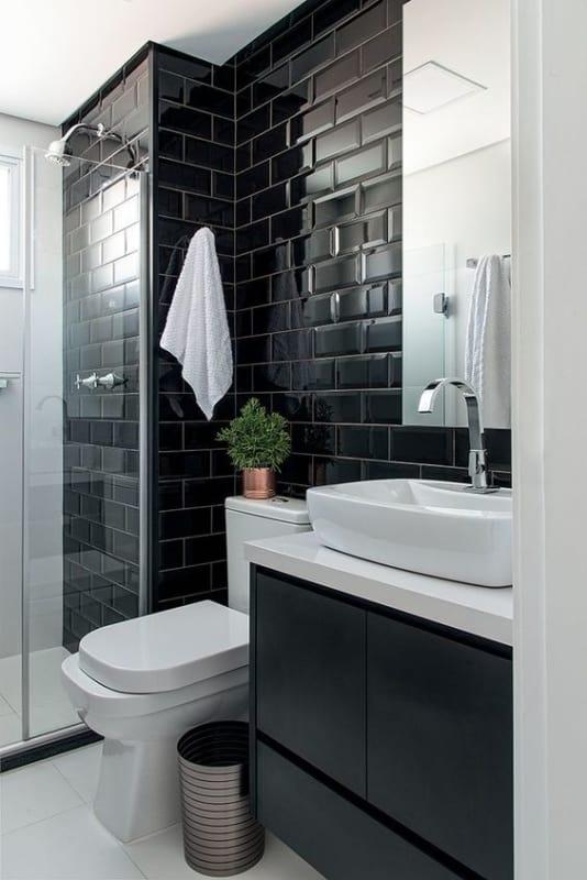 banheiro com azulejo metrô preto