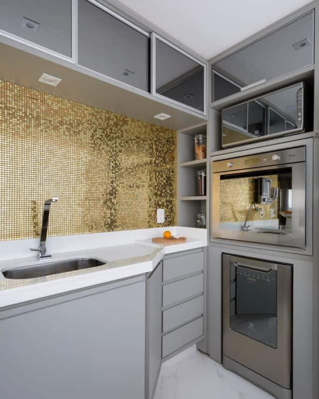 cozinha planejada com parede de pastilhas