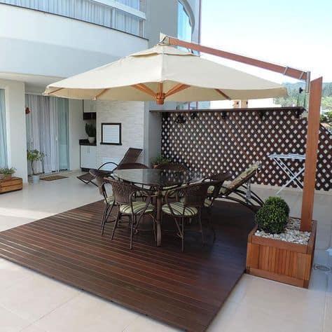 deck de madeira com ombrelone