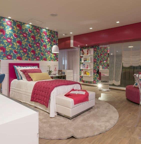 quarto colorido e de luxo