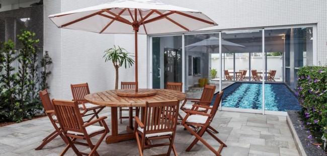 mesa de madeira para área externa com ombrelone
